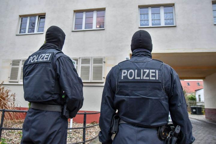Die Beamten durchsuchten die Wohnungen am Mittwoch nach Beweisen für die Taten.