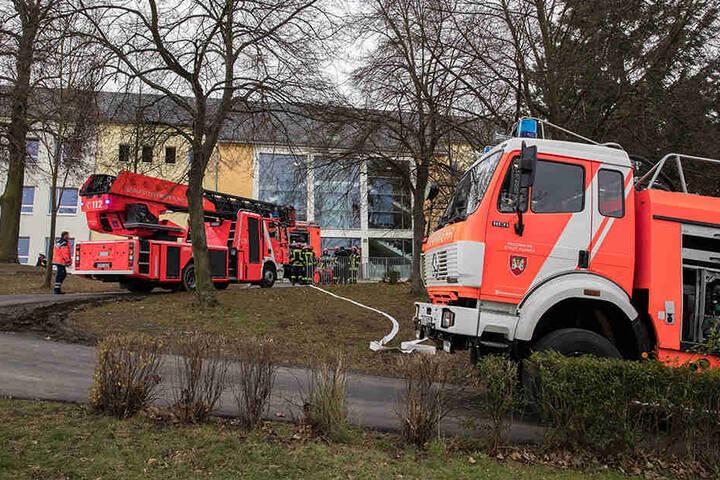 Mehrere Feuerwehren sind an der Grundschule im Löscheinsatz.