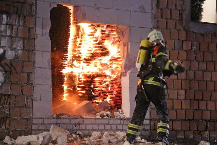 Mehrere Einsatzkräfte waren vor Ort, um das Feuer zu löschen.