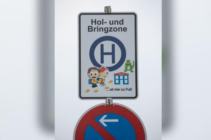 Ein Verkehrsschild weist eine Hol- und Bringzone für Eltern aus, die morgens ihre Kinder mit dem Auto zur einer nahe gelegenen Schule bringen. Den Rest des Weges müssen die Kinder zu Fuß zurücklegen.
