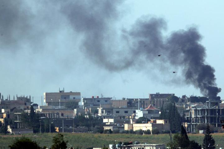 Rauchwolken stiegen nach der Bombardierung durch türkische Streitkräfte über dem syrischen Teil des Stadtgebietes Tall Abyad auf.