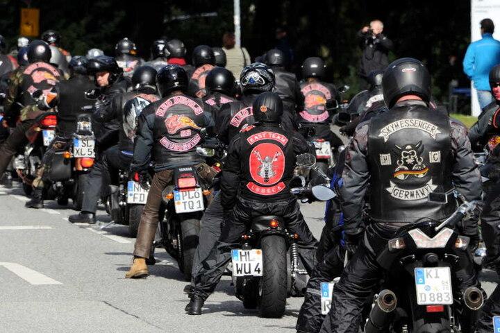 Mehrere hundert Biker fahren 2012 zum Innenministerium in Kiel. Mit einem Korso hatten sie gegen das Trageverbot ihrer Rockerwesten bei verschiedenen Veranstaltungen im Lande protestiert.