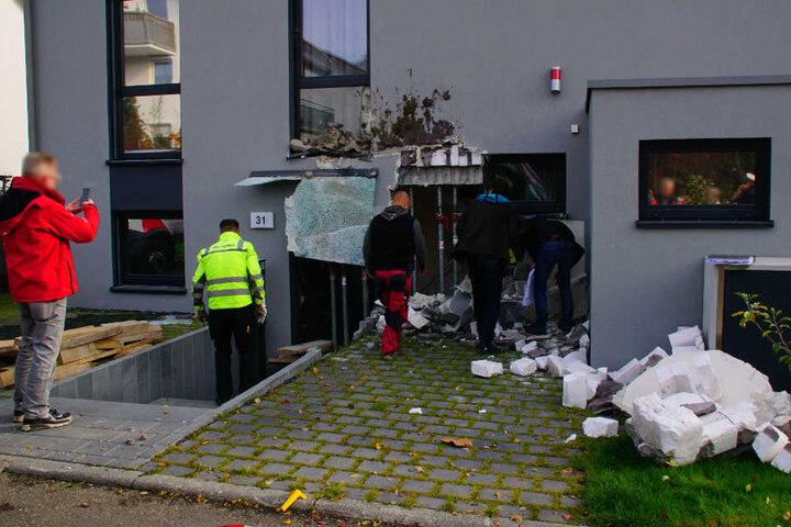 Der Lkw ist weg, der Schaden bleibt. Deutlich zu sehen: Neben der Haustüre klafft ein Loch, die Feuerwehr hat Stützen angebracht.