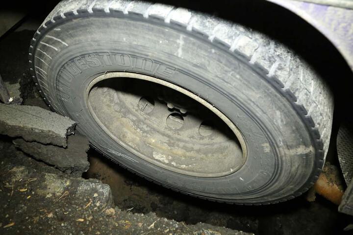 Das Hinterrad steckte in einem tiefen Lock in der Straße fest.