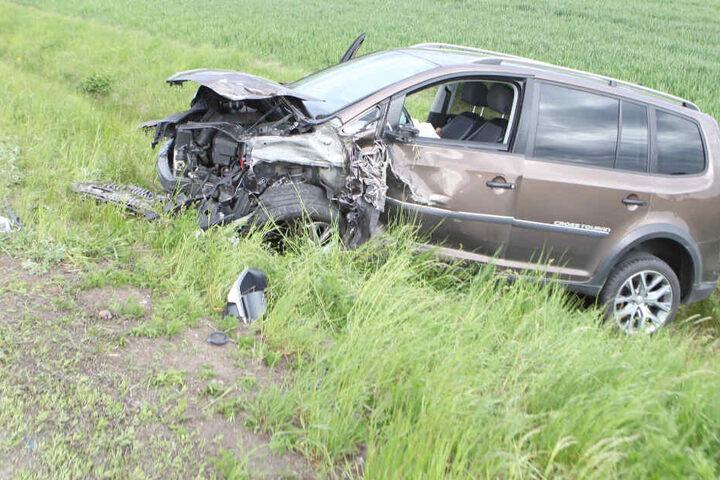 Ein VW Touran und ein Opel Corsa sind im Landkreis Ansbach frontal zusammengestoßen.