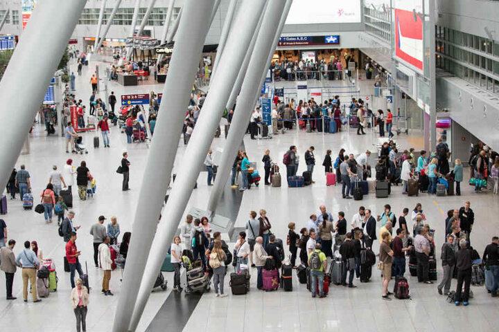 Lange Schlangen am Flughafen Düsseldorf könnten im Sommer zur Normalität werden.