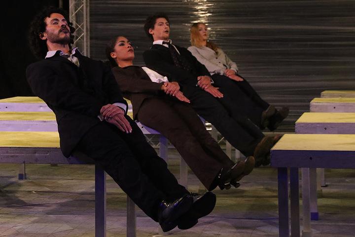 """Uniformierte Menschen in Anzügen sind die Protagonisten der Tanz-Performance """"Package""""."""