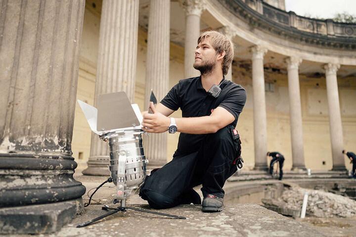 Sam-Production-Techniker Philipp Gunkel (24) richtet die Scheinwerfer so aus, dass die Fledermäuse im Römischen Bad nicht gestört werden.