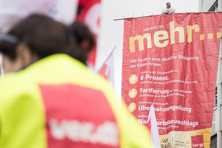 Die Mitarbeiter im öffentlichen Dienst fordern unter anderem sechs Prozent mehr Lohn.