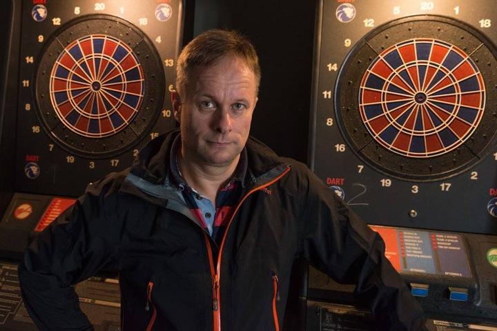 Kneipen-Chef Olaf Noack (49) ärgert sich über die beiden aufgebrochenen Automaten.