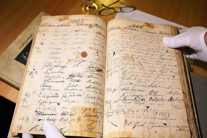 """Vollgekritzelt und mit Weinflecken """"verziert"""" - so sieht es im Gästetagebuch der Jahre 1859 bis 1866 aus."""