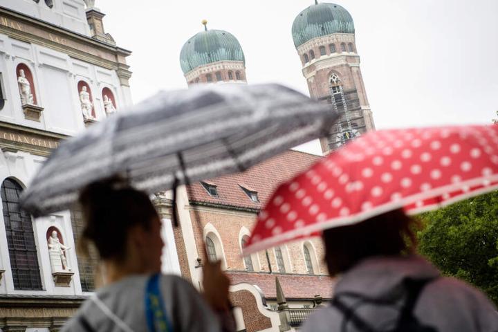 In München dürfte in den nächsten Tagen wieder vermehrt auf Regenschirme zurückgegriffen werden.