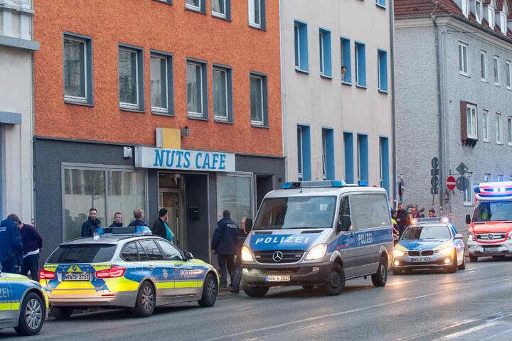 Vor dem Internetcafé hat ein Mann seinen Kontrahenten mit einem Schraubenzieher attackiert.