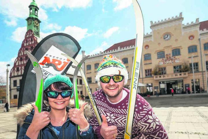 Voll motiviert starteten Franzi (26, l.) und Julian (31) Donnerstag auf dem  Hauptmarkt ihre Ski-Wanderung.