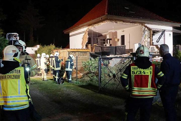 Die Feuerwehr sicherte die Reste des eingestürzten Hauses.