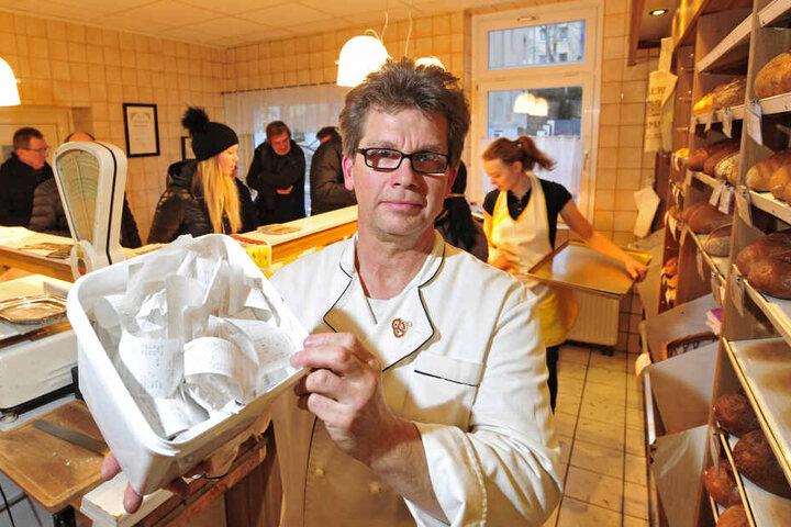 Alles im Eimer: Bäcker Mike Herrmann (55) zeigt die weggeworfenen Bons.