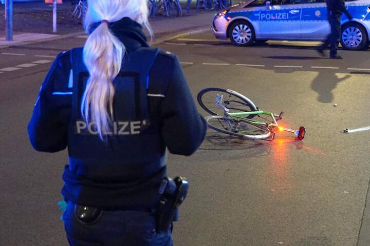 Eine Polizeibeamtin sichert den Unfallort.