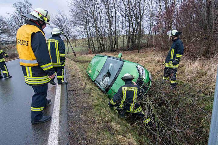 Die Kameraden der Feuerwehr mussten anrücken, um das Fahrzeug aus dem Straßengraben zu befreien.