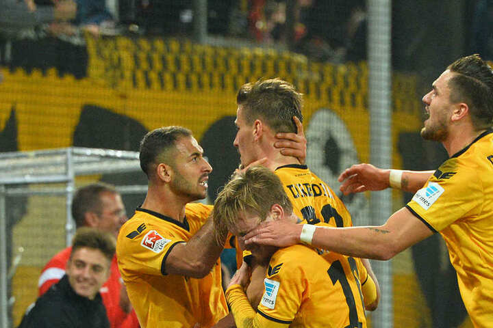 Lass dich feiern! DIe Dynamo-Spieler jubeln ausgelassen mit dem Dreifach-Torschützen Stefan Kutschke.