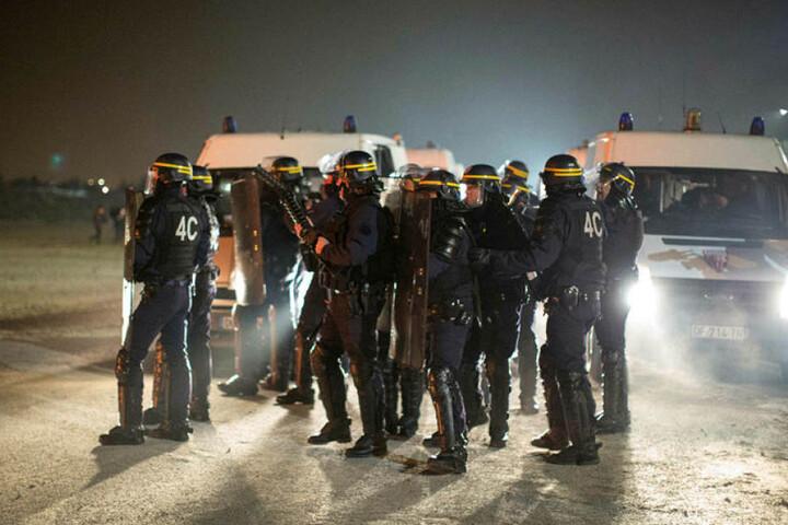 Die Räumung soll etwa eine Woche lang dauern, im Einsatz sind nach offiziellen Angaben rund 1250 Polizisten.