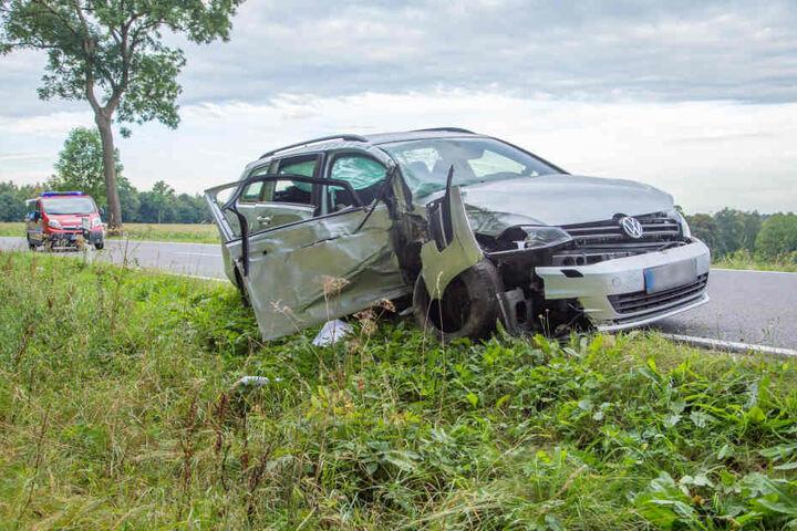 Durch die Doppelkarambolage mit zwei Bäumen wurde der VW Golf auf die Gegenfahrbahn geschleudert und schwer demoliert. Es gab drei Verletzte, davon einer schwer.