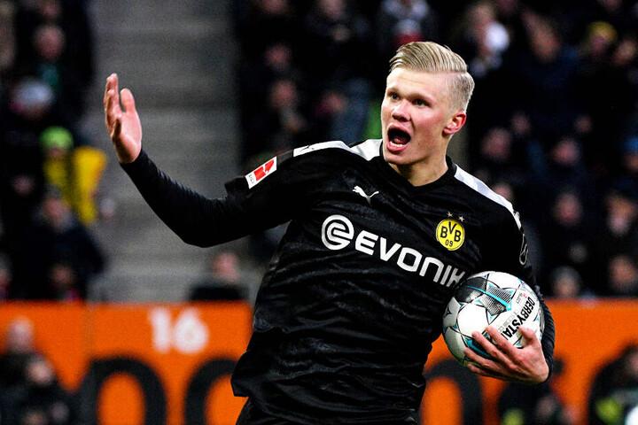 """Erling Haaland kam, sah und traf - gleich drei Mal! Die """"norwegische Bestie"""" entschied damit das umkämpfte Spiel beim FC Augsburg für seinen BVB."""