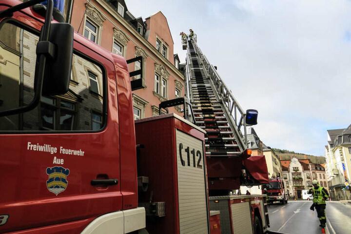 Die Feuerwehr sperrte die B101 komplett ab.