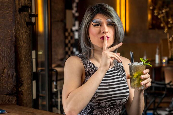 """""""Pst, ich werde erst vier"""", Lara Liqueur (21) stößt mit einem alkoholfreien  Freshmaker im """"Café Europa"""" auf das Jubiläum an. """"Ich trinke aber auch gern  Pfeffi."""""""