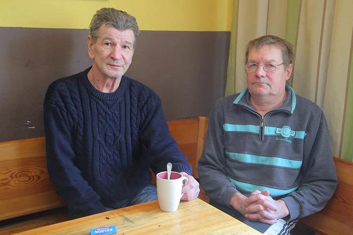 Jürgen (61, l.) und Michael (53) verlassen die Unterkunft derzeit nicht.