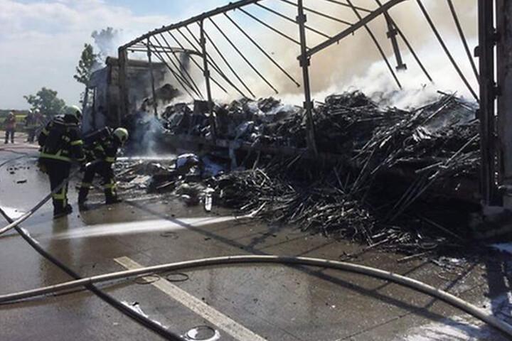Kameraden der Feuerwehr löschen den Lkw, können ihn aber nicht mehr retten. Genau wie der Pkw brennt er komplett aus.
