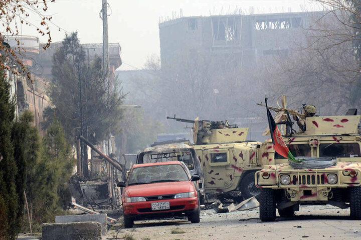 Sicherheitskräfte am Ort des Anschlags in der afghanischen Stadt Dschalalabad.