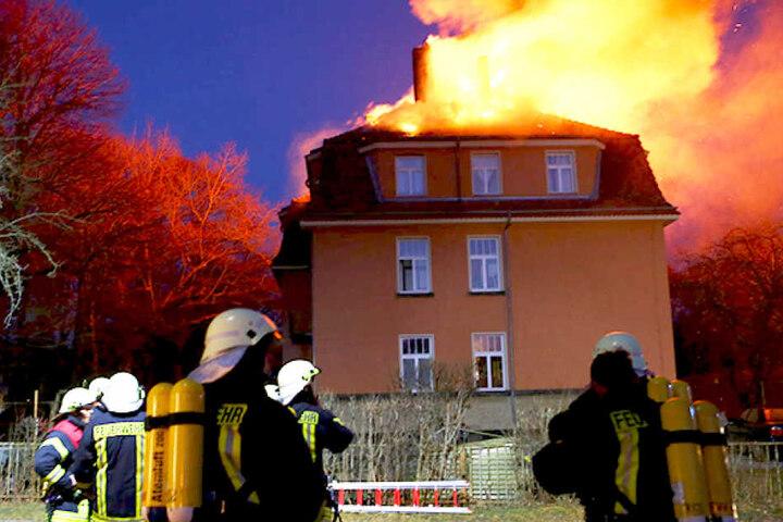 Um 19 Uhr waren die Kameraden der Feuerwehr noch dabei, den Brand zu löschen.