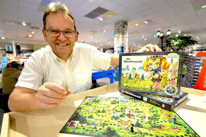 """Ralf Viehweg (56), Inhaber des Spielwarengeschäfts """"Rabattz"""", präsentiert die Neuauflage des DDR-Spiels """"Im Märchenwald""""."""