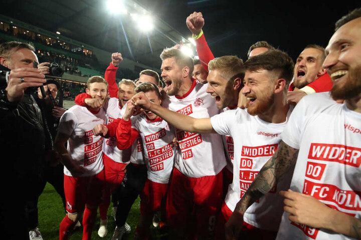 Die Spieler des 1. FC Köln feiern den Aufstieg am Montagabend in Fürth.