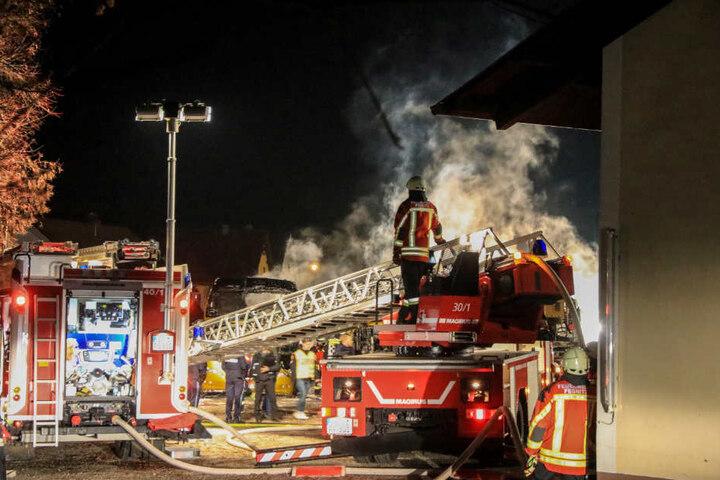 Das Feuer drohte auf ein Wohnhaus überzugreifen.