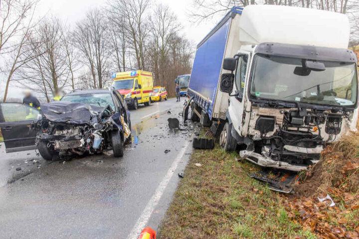 Die Fahrerin des VW Polo wurde bei dem Unfall schwer verletzt.