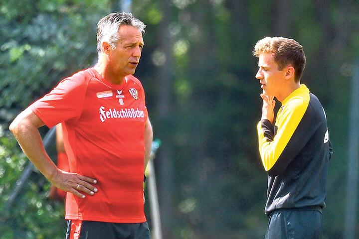 Niklas Hauptmann (r.) im Gespräch mit Coach Uwe Neuhaus.