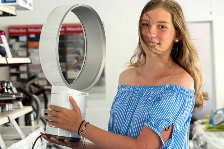 Alina Engel (16) vom Elektrohaus Engel in Adelsberg hält den vielleicht letzten Ventilator in den Händen, der über Chemnitzer Ladentheken geht. Das Hightech-Exemplar wird allerdings nur verliehen.