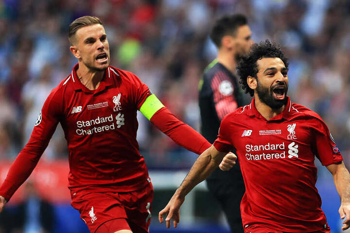 Mohamed Salah bejubelt sein Tor zum 1:0 mit Kapitän Jordan Henderson.