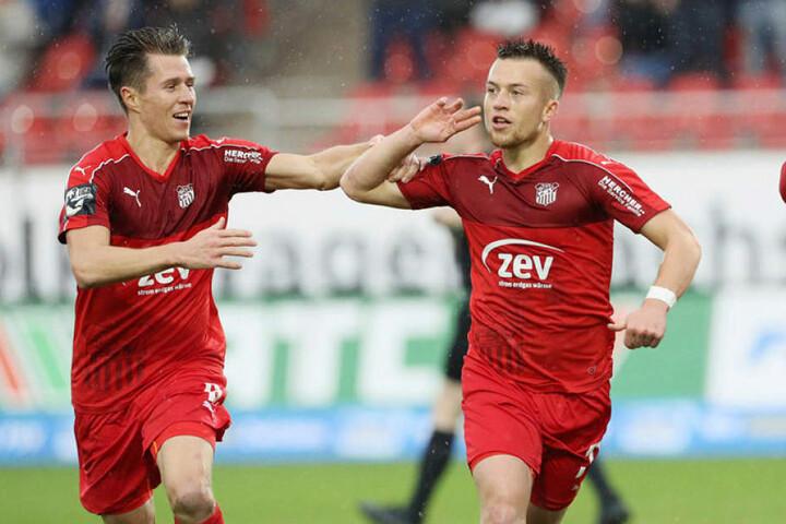 Im Vorjahr jubelten sie noch gemeinsam für Zwickau: Patrick Göbel (r.) feiert hier sein 1:0 gegen Lotte. Bruder Christoph kommt zum Gratulieren.