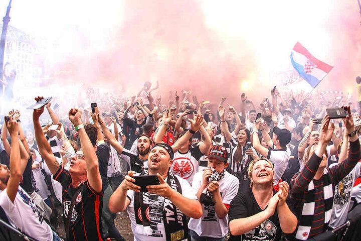 Ausgelassen jubeln die Frankfurter Fans noch einen Tag später über den Pokalsieg.