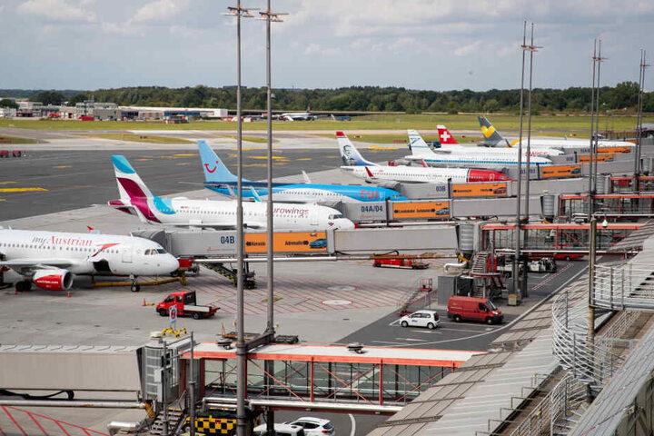 Maschinen verschiedener Fluggesellschaften werden am Flughafen Hamburg abgefertigt.
