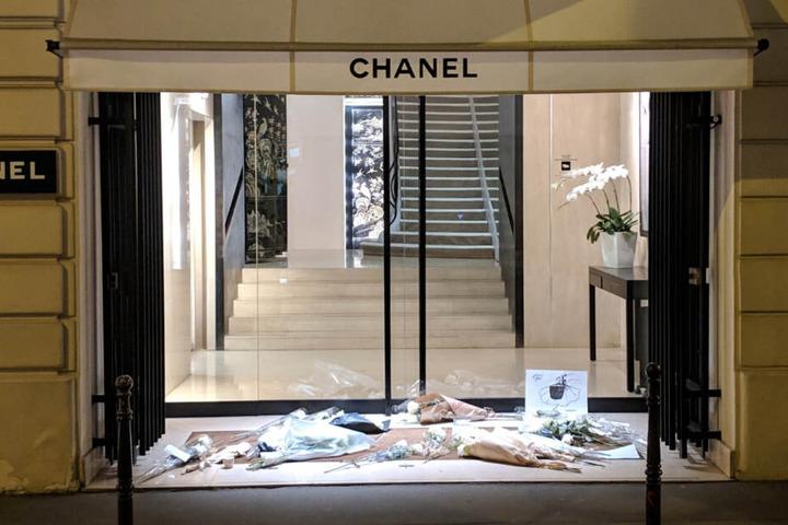 Am Hause Chanel legten Pariser Blumen nieder.