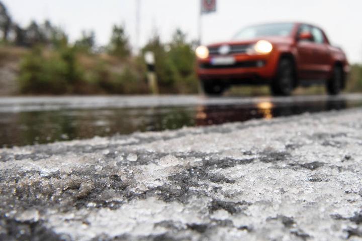 Im Freistaat kann Autofahrern am Mittwoch und Donnerstag Gefahr durch Glatteis drohen. (Symbolbild)