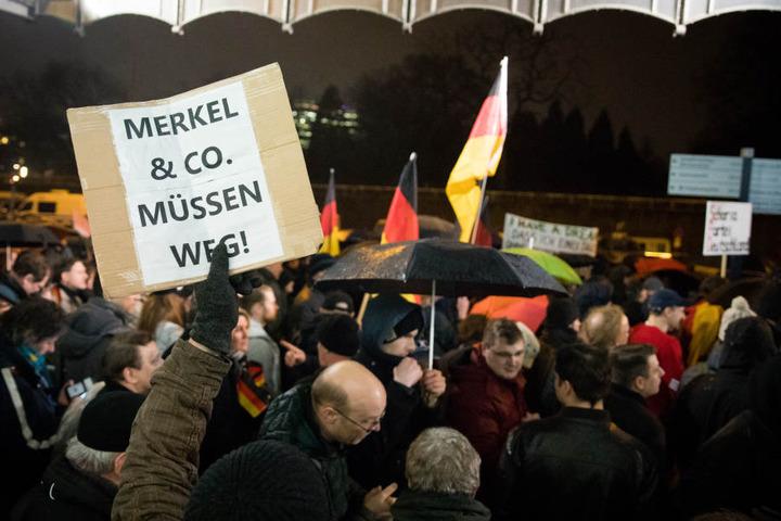 """Teilnehmer einer Protestveranstaltung """"Merkel muss weg"""" in Hamburg. Unter den Teilnehmern finden sich nach Erkenntnissen des Verfassungsschutzes auch sogenannte Reichsbürger. (Archivbild)"""