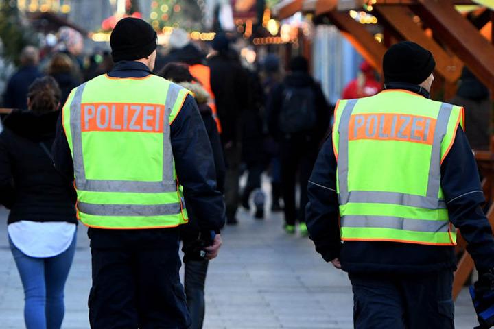 Polizeibeamte gehen am Montag über den Weihnachtsmarkt auf Streife. Am Dienstag soll er Platz geschlossen werden.