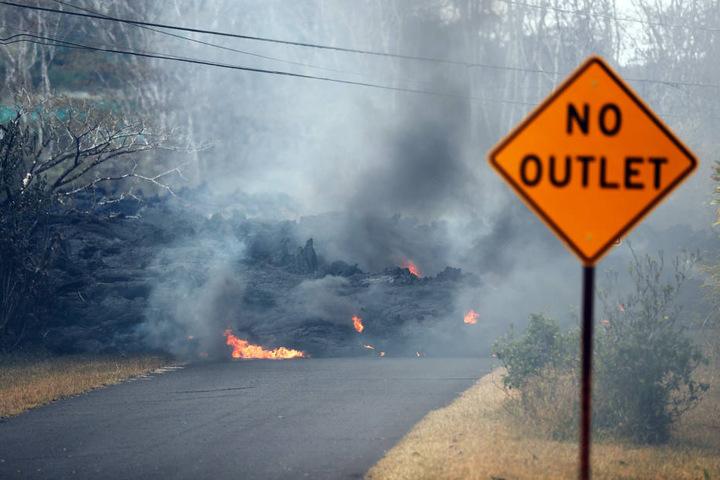 Hier bahnt sich flüssige Lava ihren Weg mitten über eine Straße. Besonders von den gefährlichen Strömen betroffen ist Hawaiis Big Island.