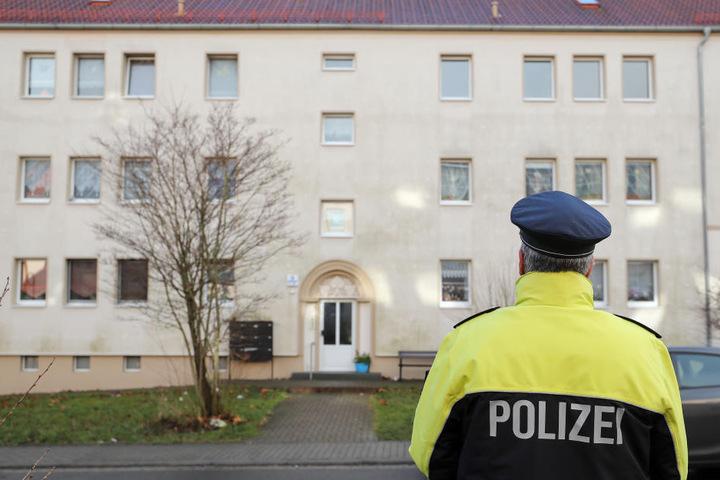 Polizeisprecher Ralf Karlstedt von der Polizeidirektion Sachsen-Anhalt Süd steht vor dem Haus in Benndorf, in dem die beiden Babys tot gefunden wurden.