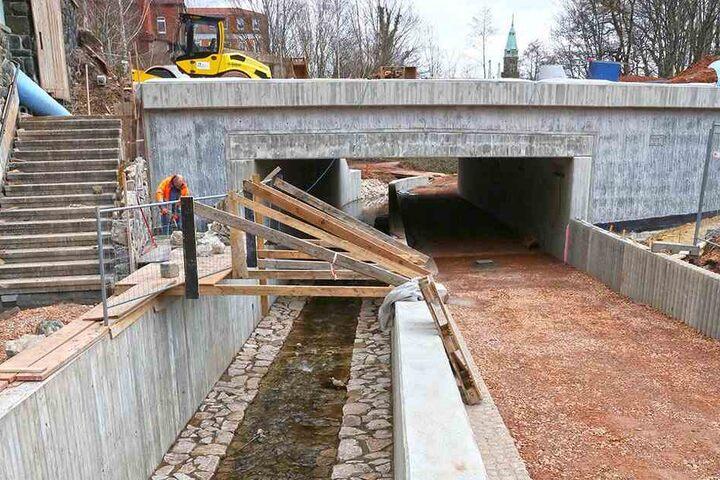 Die Stadt will den Marienthaler Bach im Schulhofbereich freilegen und umgestalten. Hier an der Kopernikusstraße erhielt der Bach ein neues Flussbett neben dem sanierten Fahrradweg.