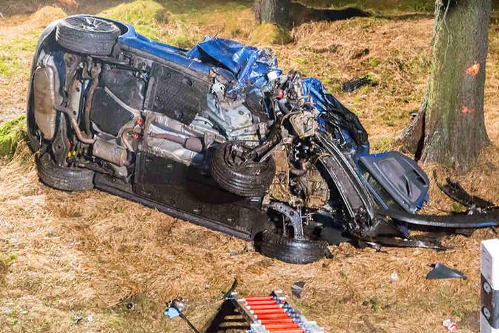 Der VW blieb auf der Fahrerseite liegen.